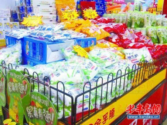 图为摆放在常温货柜上的促销酸奶。(图片来源:半岛都市报)